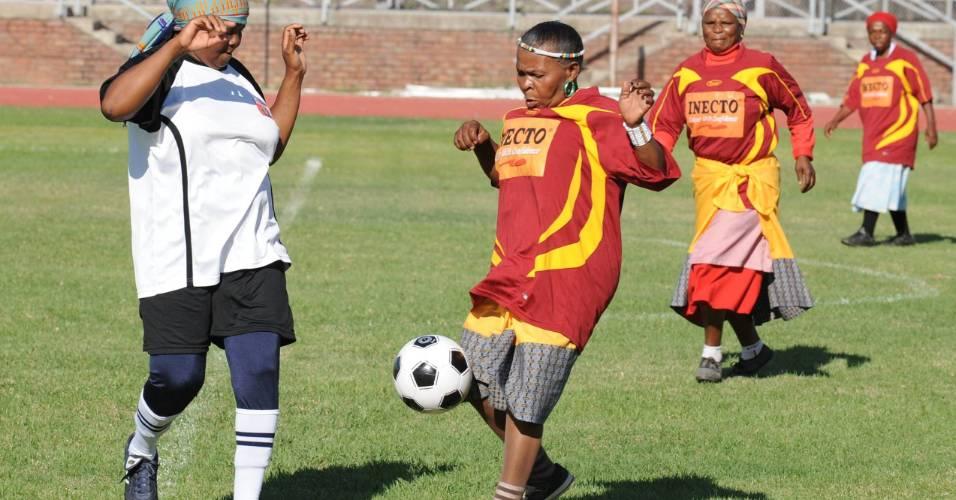 Avós disputam torneio de futebol realizado na África do Sul