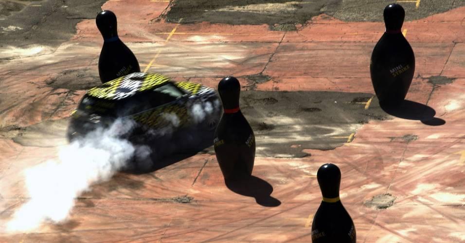 Carro tenta desviar dos pinos em prova de boliche realizada em Sidney, Austrália
