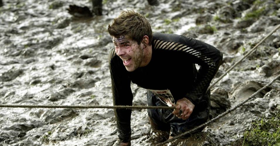 Competidor disputa corrida na lama em Staffordshire, na Inglaterra