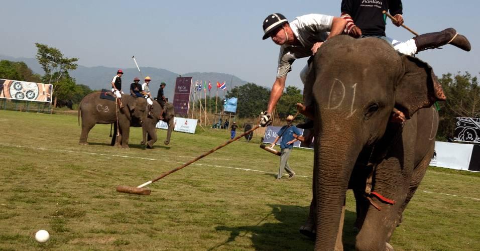 Competidores disputam prova de polo sobre elefantes na Tailândia