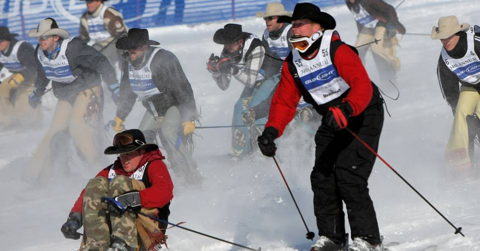 Cowboys disputam competição anual de ski na neve em Colorado, Estados Unidos