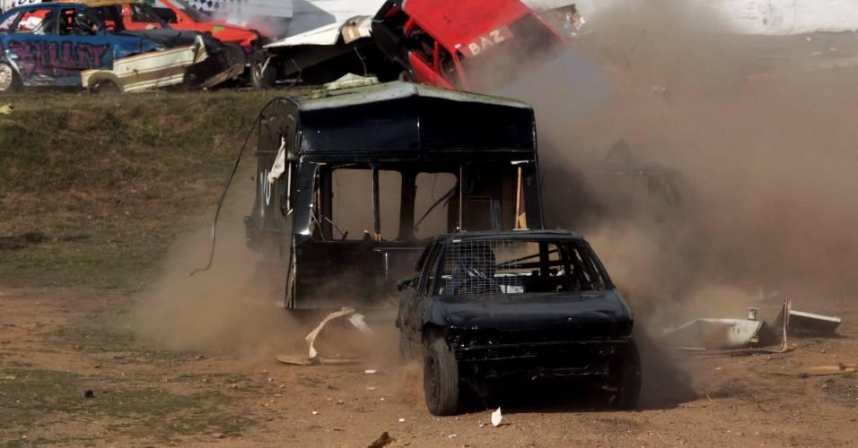 Disputa entre Caravans com trailers envolve corrida e batida de carros anualmente na Inglaterra