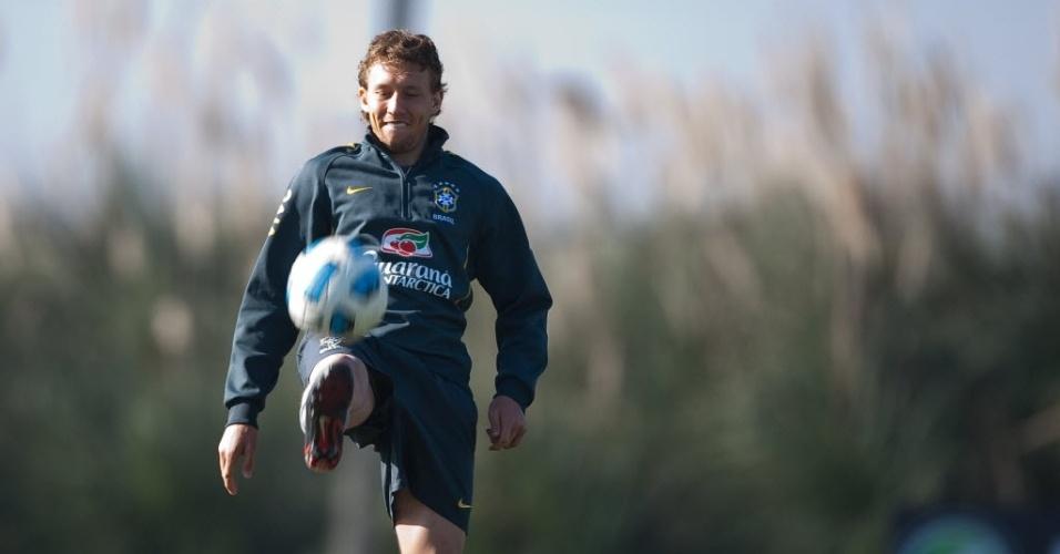 Lucas Leiva faza embaixadinhas durante a preparação para o jogo com o Paraguai