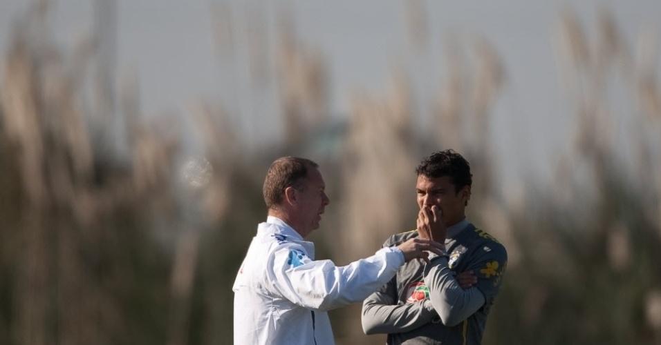 Mano Menezes conversa com Thiago Silva durante treino da seleção na Argentina
