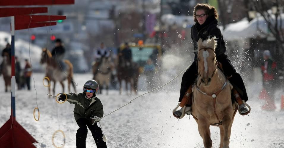 Puxado por um cavalo, garoto tenta caçar argolas em torneio disputado em Colorado, Estados Unidos
