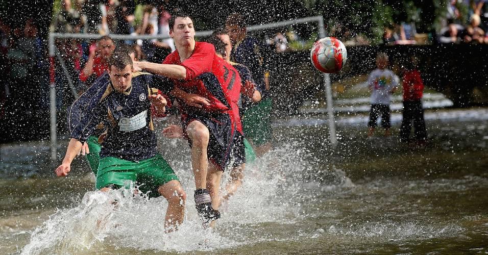 Times disputam partida de futebol na água na Inglaterra
