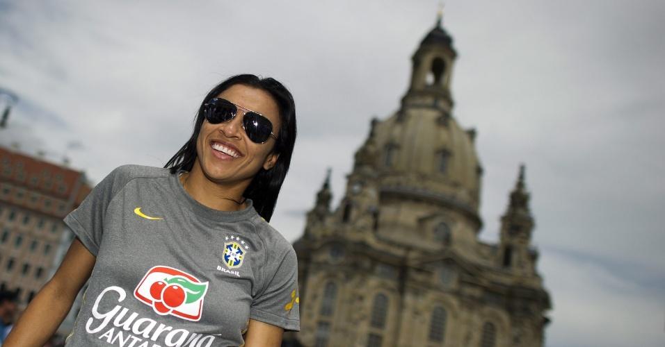 Marta aparece em frente à catedral de Dresden, onde o Brasil enfrenta os EUA pela Copa feminina (08/07/2011)