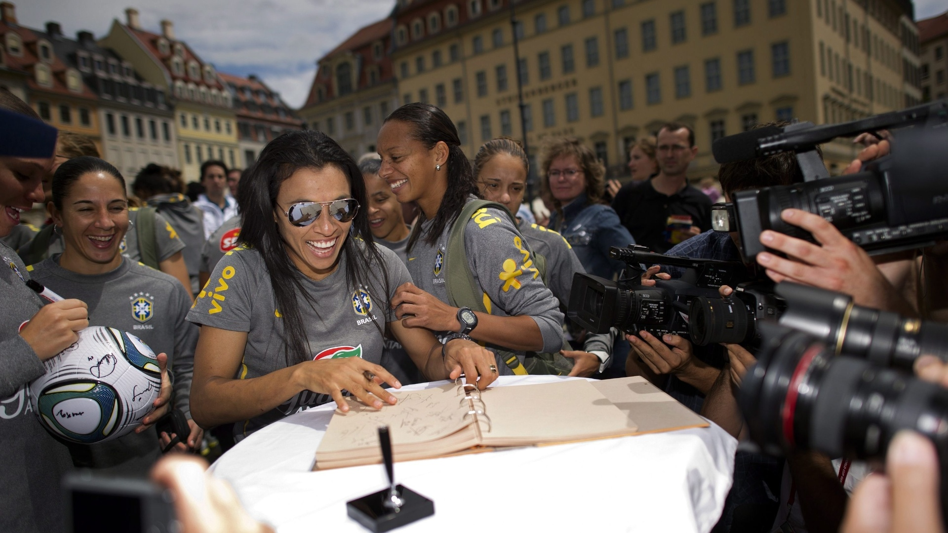Marta assina livro em frente à catedral de Dresden, onde o Brasil enfrenta os EUA pela Copa feminina (08/07/2011)
