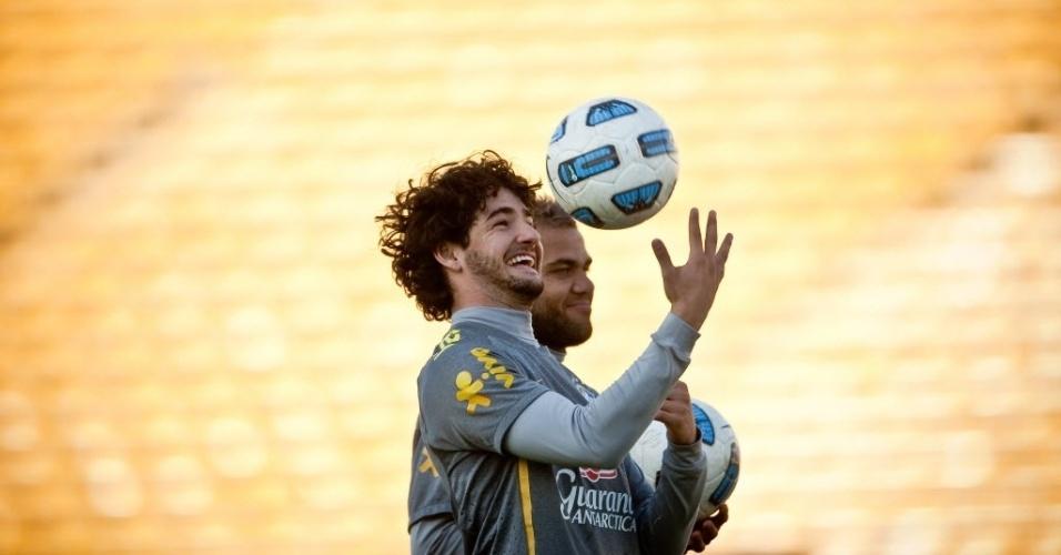 Pato brinca com a bola durante o treino no estádio onde a seleção pega o Paraguai sábado