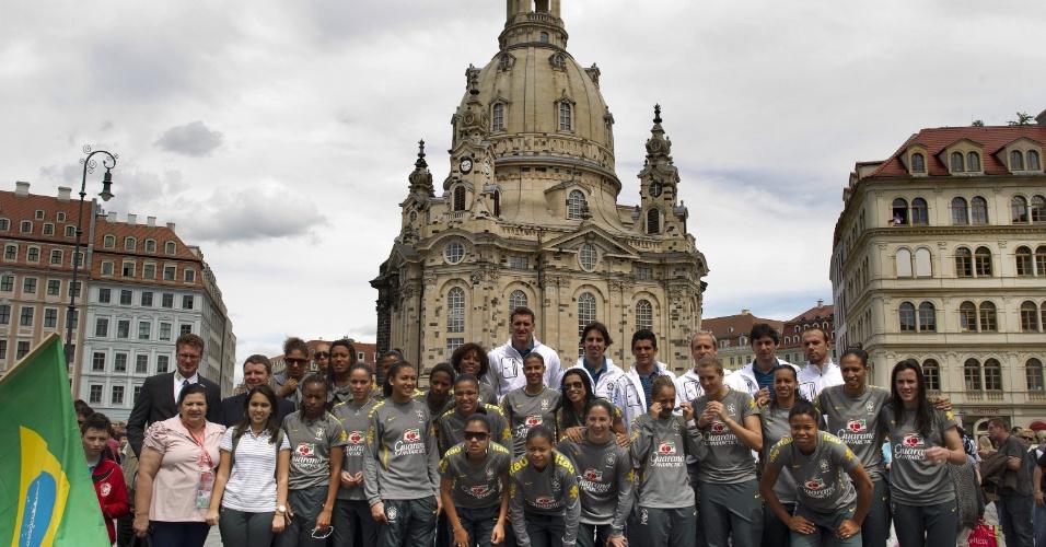 Seleção posa em frente à Catedral de Dresden (08/07/2011)