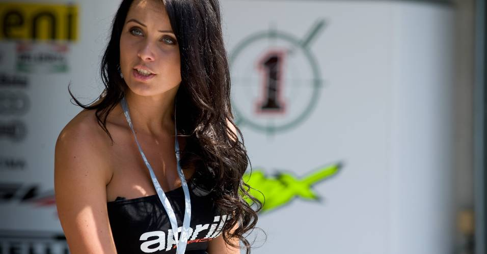 Grid girl posa antes do treino de classificação para o Mundial de Superbike, circuito de Brno, na República Tcheca