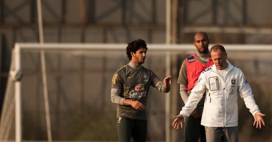 Mano Menezes conversa com Alexandre Pato durante treino da seleção brasileira em Los Cardales para a Copa América (12/07/2011)