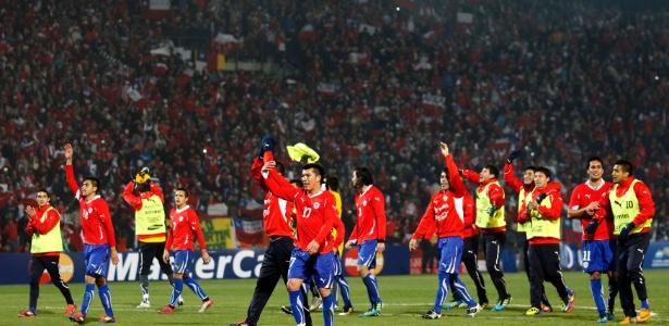 O Chile foi campeão da Copa America 2015  - Jogadores chilenos comemoram vitória com a torcida, que lotou o estádio Malvinas Argentinas