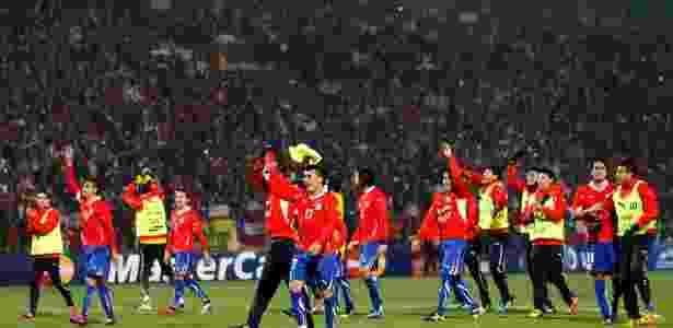 Jogadores chilenos comemoram vitória com a torcida, que lotou o estádio Malvinas Argentinas