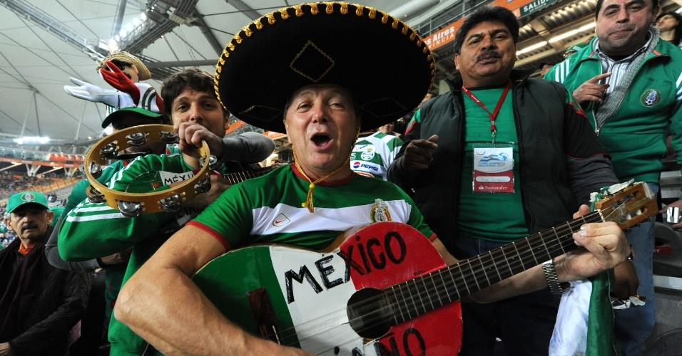 Torcedores mexicanos levaram até violão para torcer por sua seleção contra o Uruguai