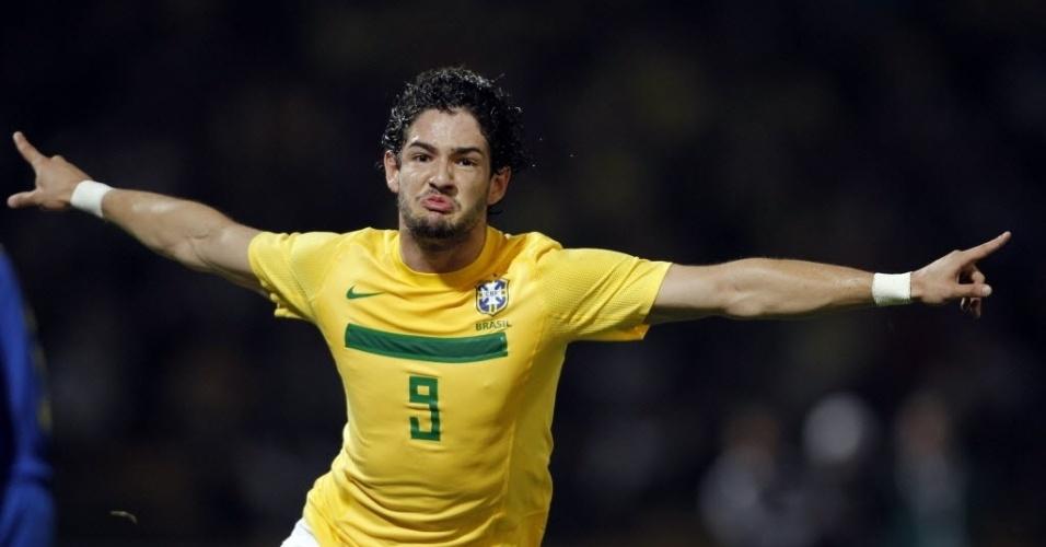 Alexandre Pato comemora primeiro gol do Brasil contra o Equador, em Córdoba