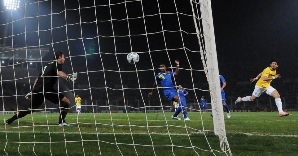 Após o cabeceio, Alexandre Pato observa a bola entrar para o gol do Brasil contra o Equador