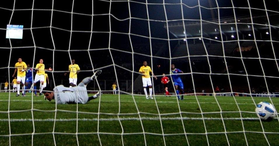 Em falha, Julio Cesar toma o gol de empate para o Equador, no primeiro tempo
