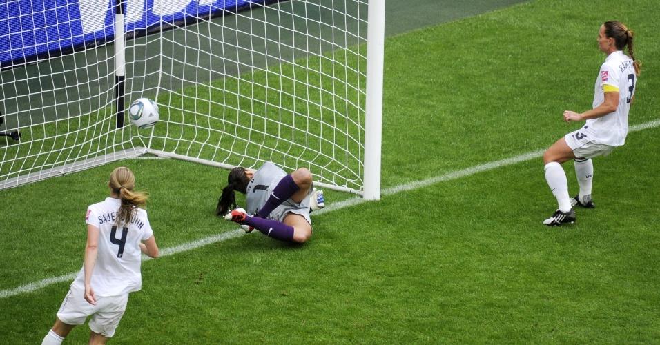 Jogadoras norte-americans só olham a bola entrar após cruzamento da francesa Sonia Bompastor