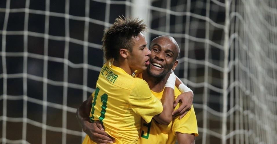 Neymar comemora com Maicon o quarto gol do Brasil contra o Equador