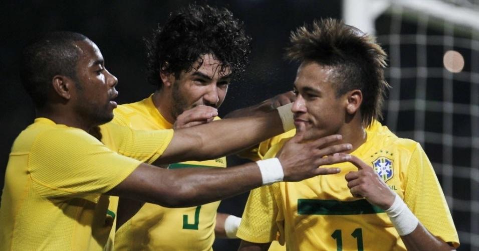 Neymar e Pato marcaram os gols do Brasil, que venceu o Equador e se classificou à fase final