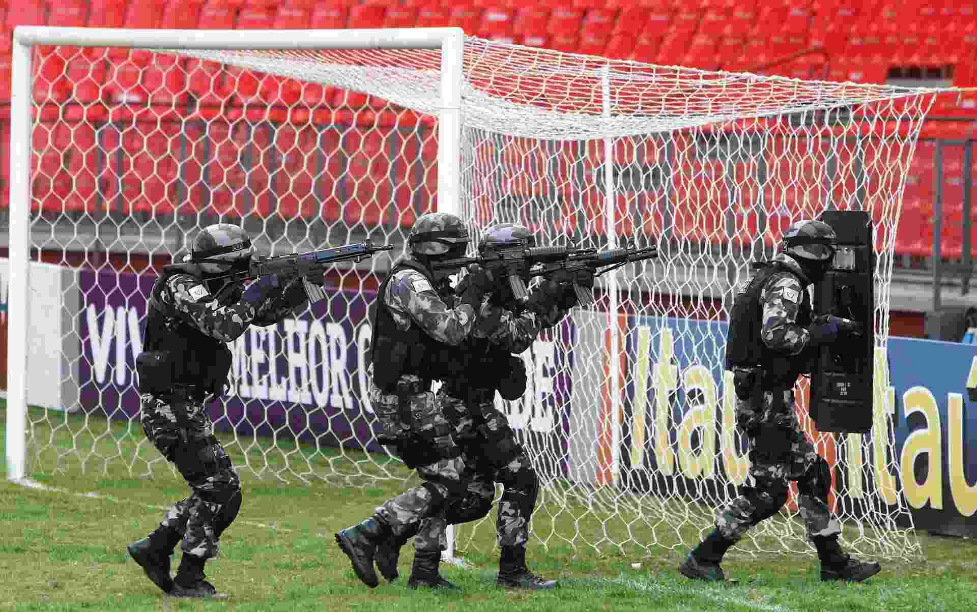 Policiais do Bope em ação visando a segurança em meio às partidas da Copa-2014 - Rodolfo Buhrer/Reuters