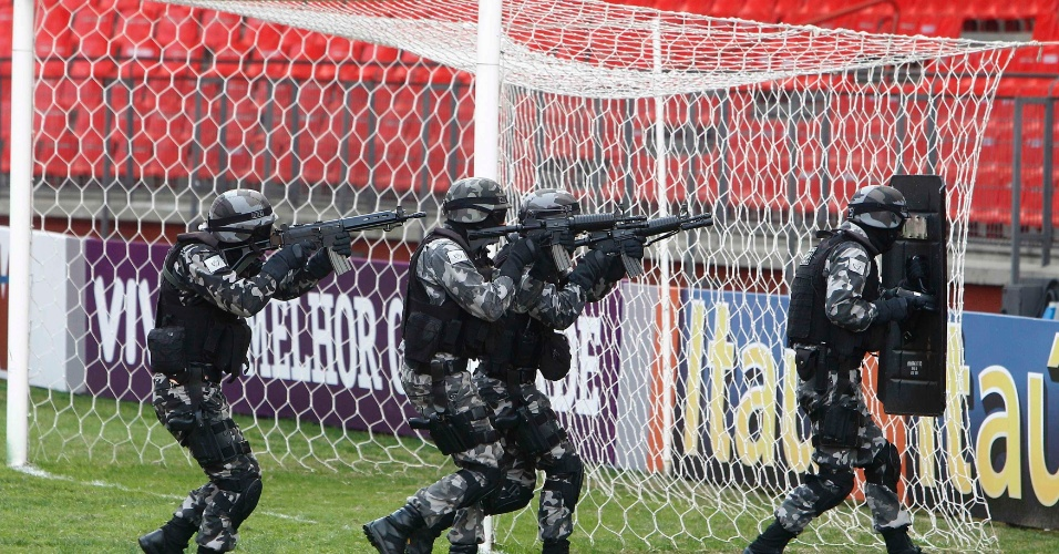 Policiais do Bope em ação visando a segurança em meio às partidas da Copa-2014