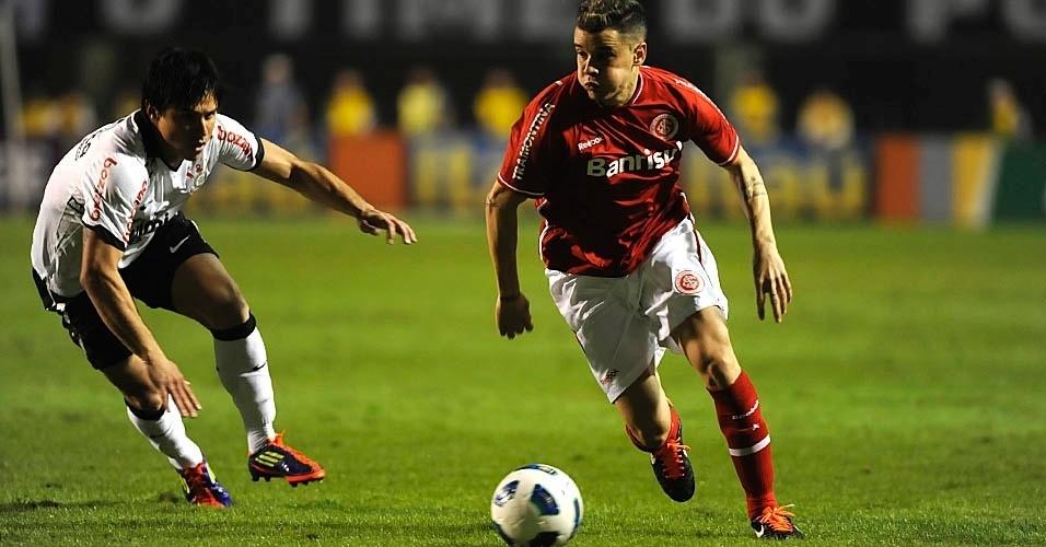 D'Alessandro é marcado por Willian durante a derrota do Internacional para o Corinthians em São Paulo (14/07/2011)