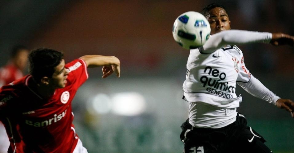 Oscar e Jorge Henrique disputam jogada durante partida antecipada entre Corinthians e Inter válida pela 12ª rodada do Brasileirão (14/07/2011)