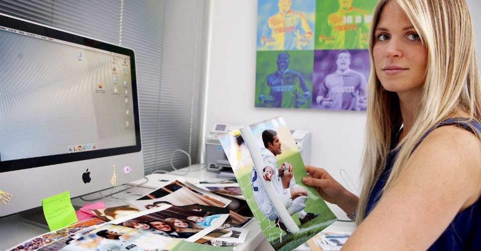 Susana Wener mostra fotos do marido Julio Cesar em frente ao computador