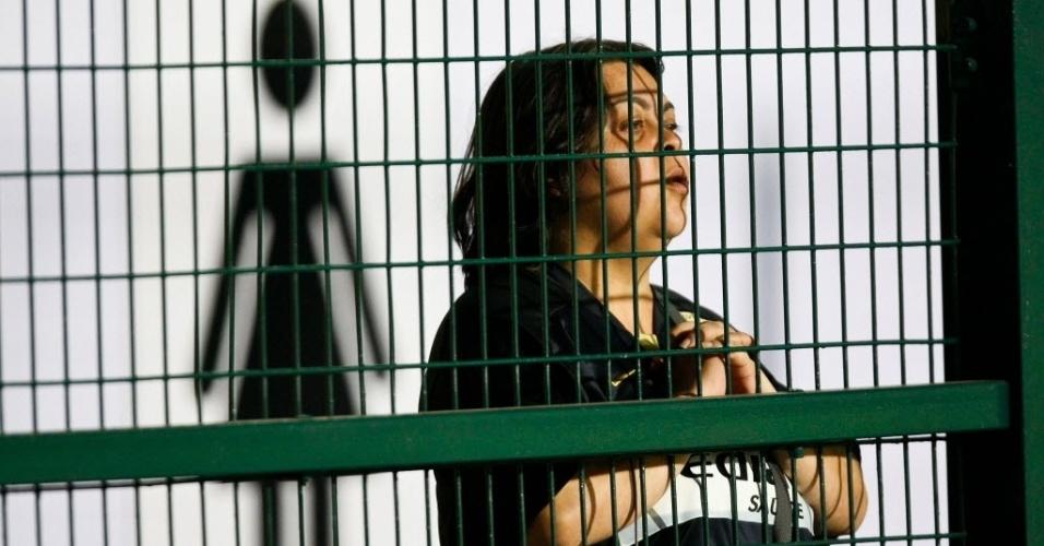 Torcedora corintiana aguarda o início da partida contra o Internacional no Pacaembu (14/07/2011)