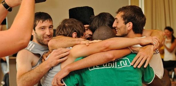 Ao fim da aula de dança, jogadores do Anzhi se abraçaram e pularam juntos