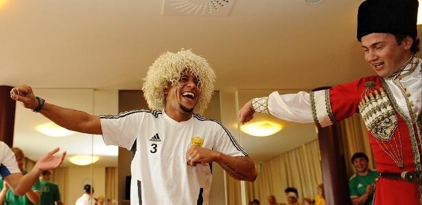 De peruca, Roberto Carlos se diverte em aula de Iezginka, dança típica da Rússia