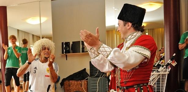 Roberto Carlos brinca com professor de Iezginka, dança típica da Rússia