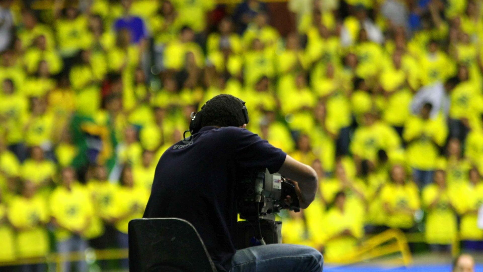 Cinegrafista mostra animação da torcida brasileira no ginásio Nilson Nelson, em Brasília