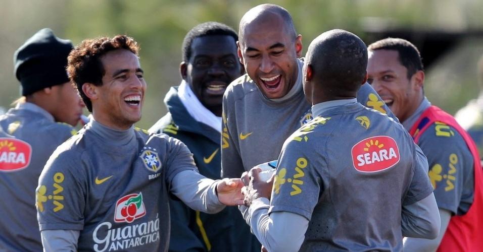Jadson e Luisão dão risada durante último treino da seleção antes de enfrentar o Paraguai (16/07/2011)