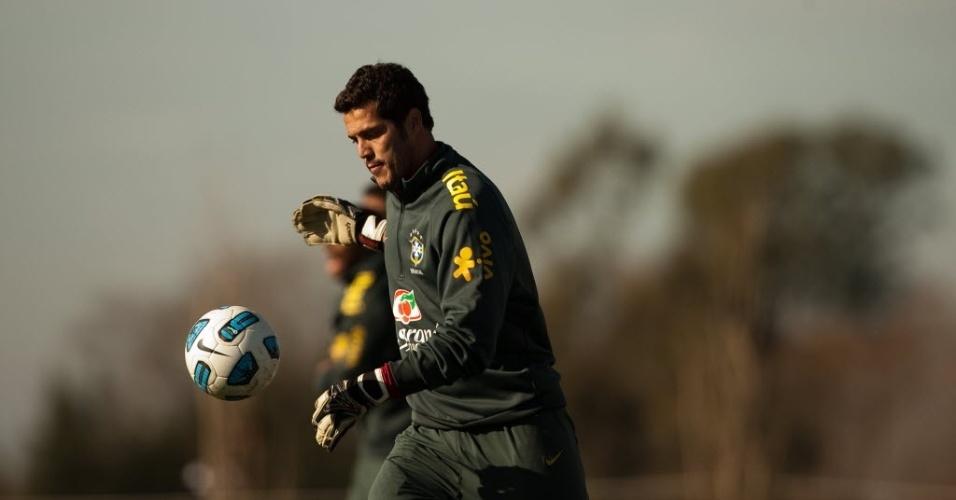 Julio Cesar repõe a bola durante treino da seleção antes das quartas da Copa América (16/07/2011)