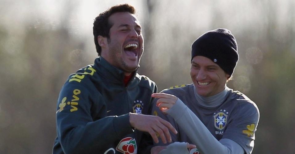 Julio Cesar se diverte com Elano durante treino da seleção brasileira para a Copa América (16/07/2011)