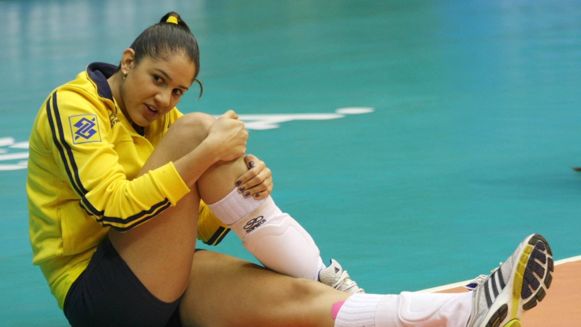 Natália faz trabalho de aquecimento antes do jogo do Brasil contra a Itália