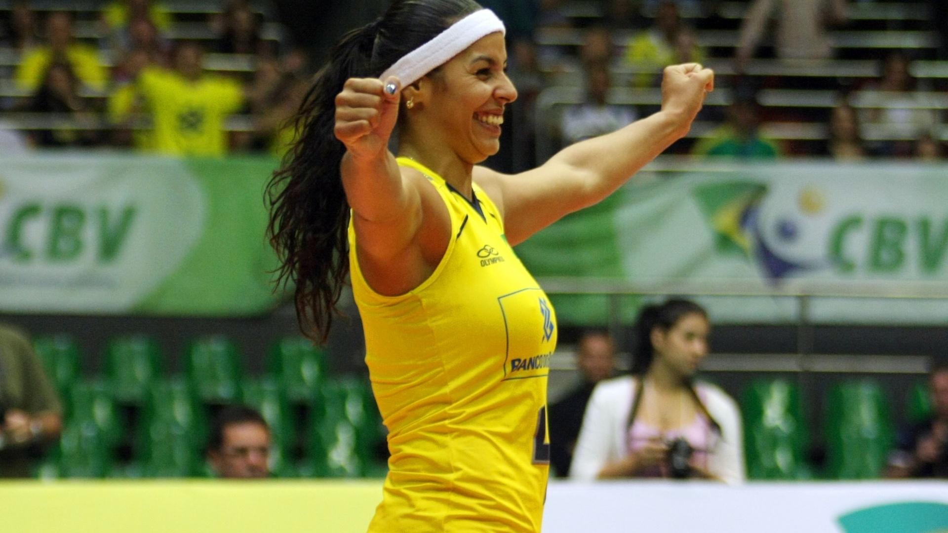 Paula Pequeno comemora ponto da seleção na vitória contra italianas pela Copa Internacional