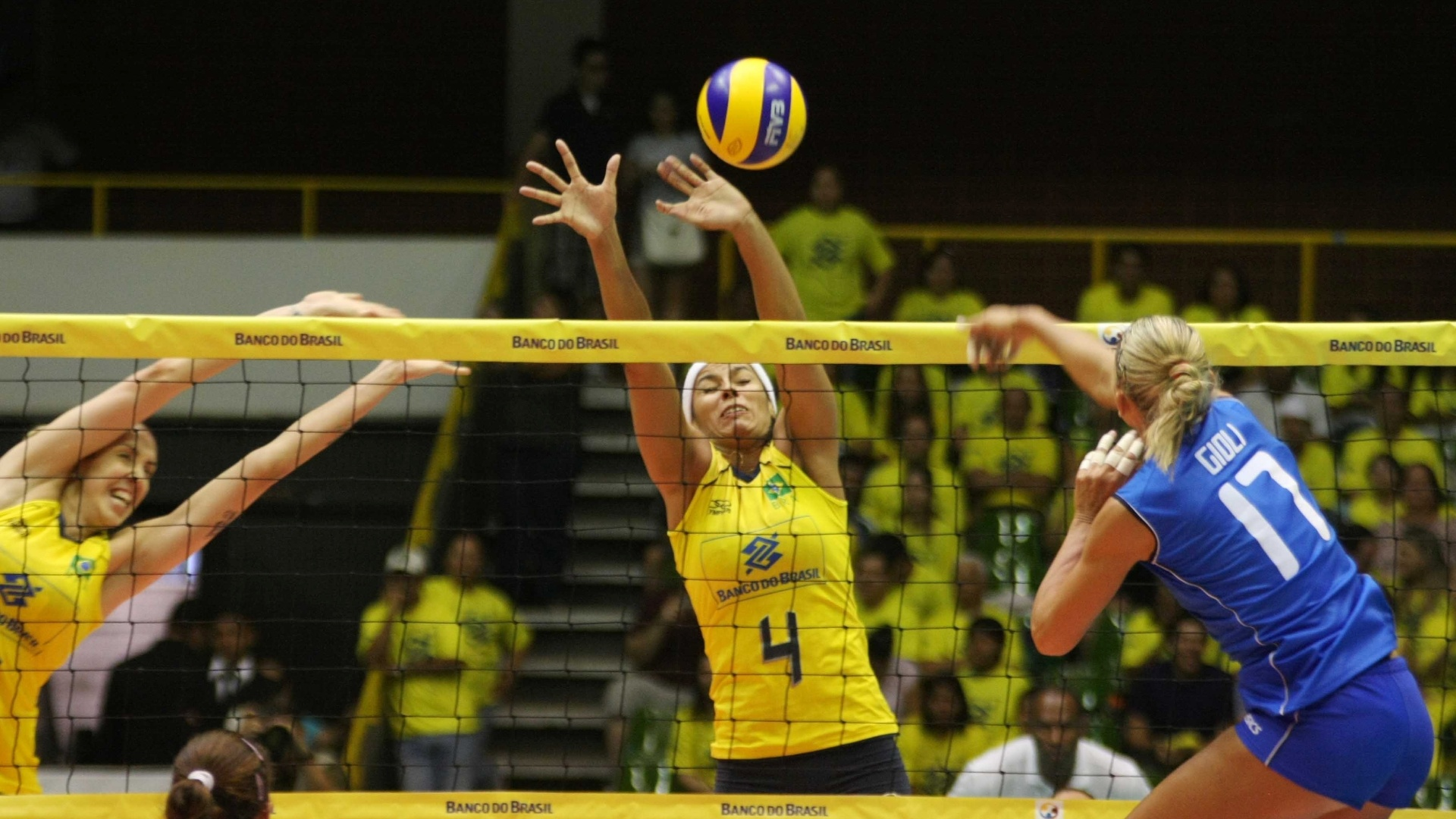 Paula Pequeno tenta bloqueio para o Brasil na Copa Internacional, disputada em Brasília