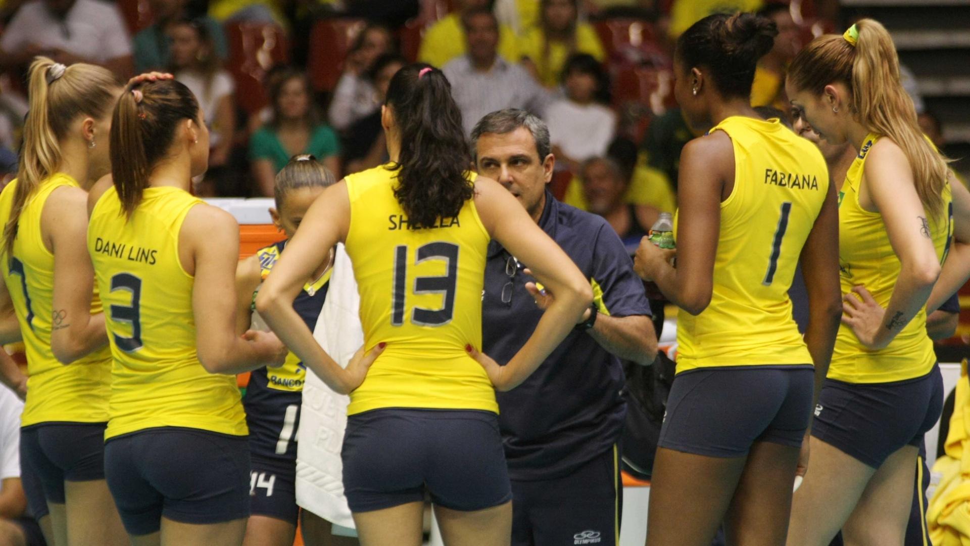 Técnico José Roberto Guimarães orienta seleção em parada técnica contra a Itália
