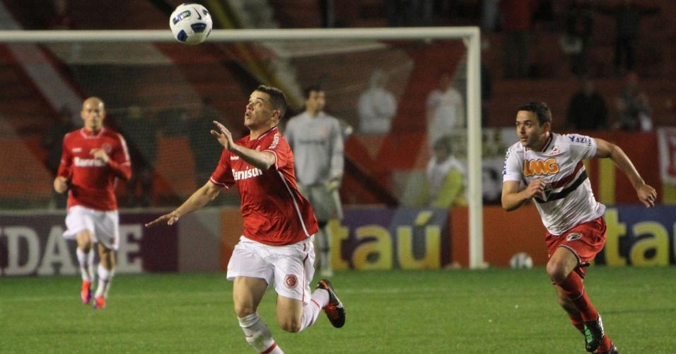 D'Alessandro tenta jogada durante a partida contra o São Paulo, no Beira-Rio