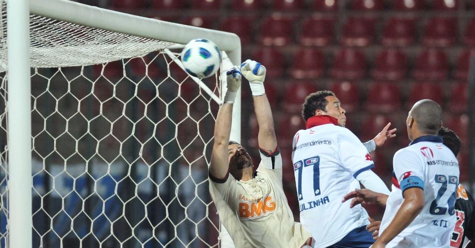 Goleiro Fábio se estica para fazer a defesa pelo Cruzeiro, que bateu o Bahia por 2 a 1