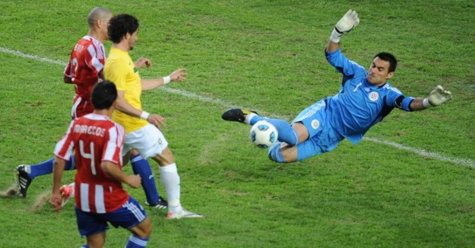 Goleiro paraguaio Justo Villar defende chute à queima roupa de Alexandre Pato nas quartas da Copa América (17/07/2011)