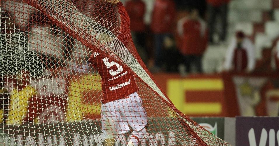 Guiñazu, do Inter, vai pegar a bola no fundo da rede após gol do São Paulo