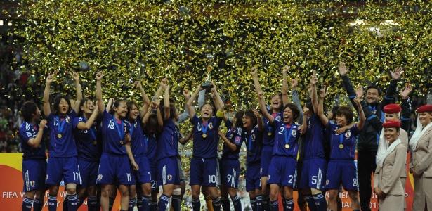 Japonesas levantam a taça do Mundial feminino sob chuva de papel