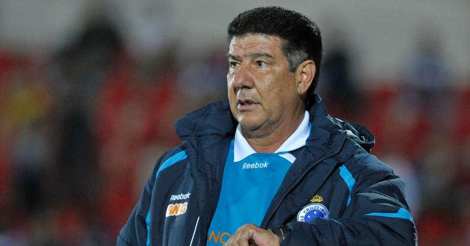 Joel Santana, técnico do Cruzeiro, comanda a equipe na vitória por 2 a 1 sobre o Bahia