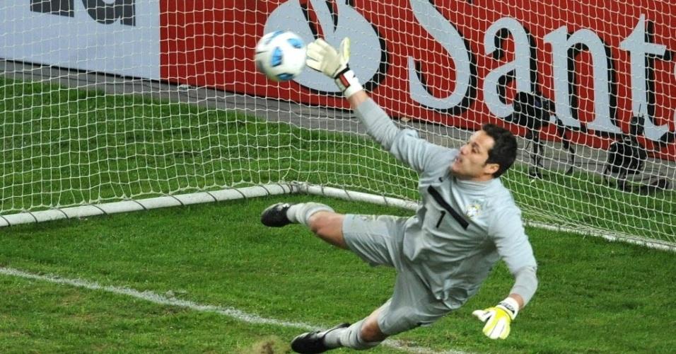 Julio Cesar não alcança chute durante decisão de pênaltis contra o Paraguai nas quartas da Copa América (17/07/2011)