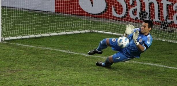Justo Villar em ação contra a seleção brasileira; goleiro comemorou ausência de Neymar